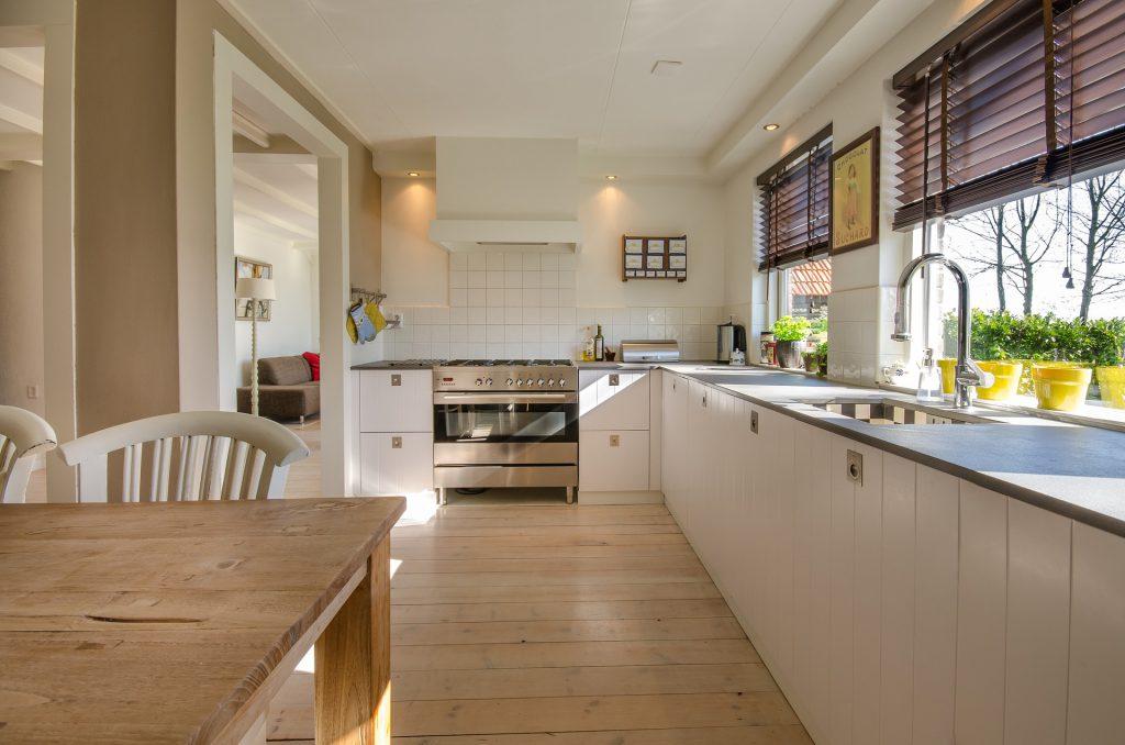 Grande cuisine blanche moderne avec bois