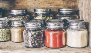 Bocaux transparents avec des épices pour la cuisine