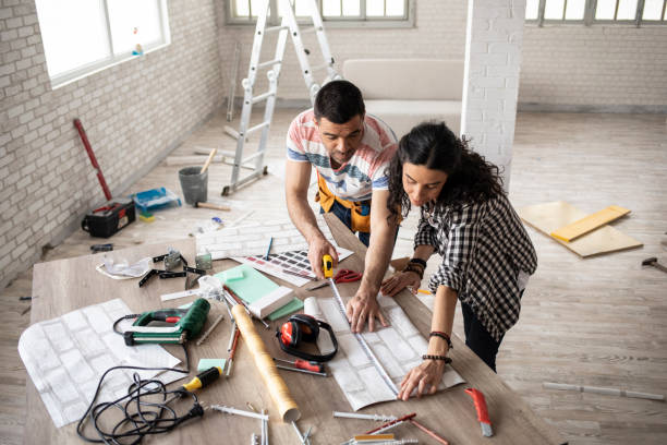 Couple qui entreprend des travaux de rénovation dans sa maison