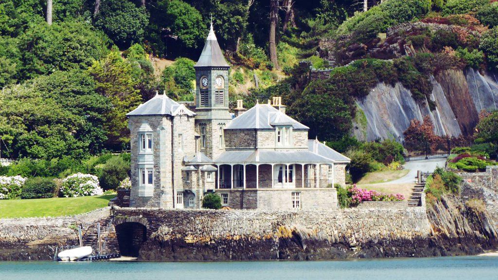 Un maison en bord de mer qui ressemble à un chateau