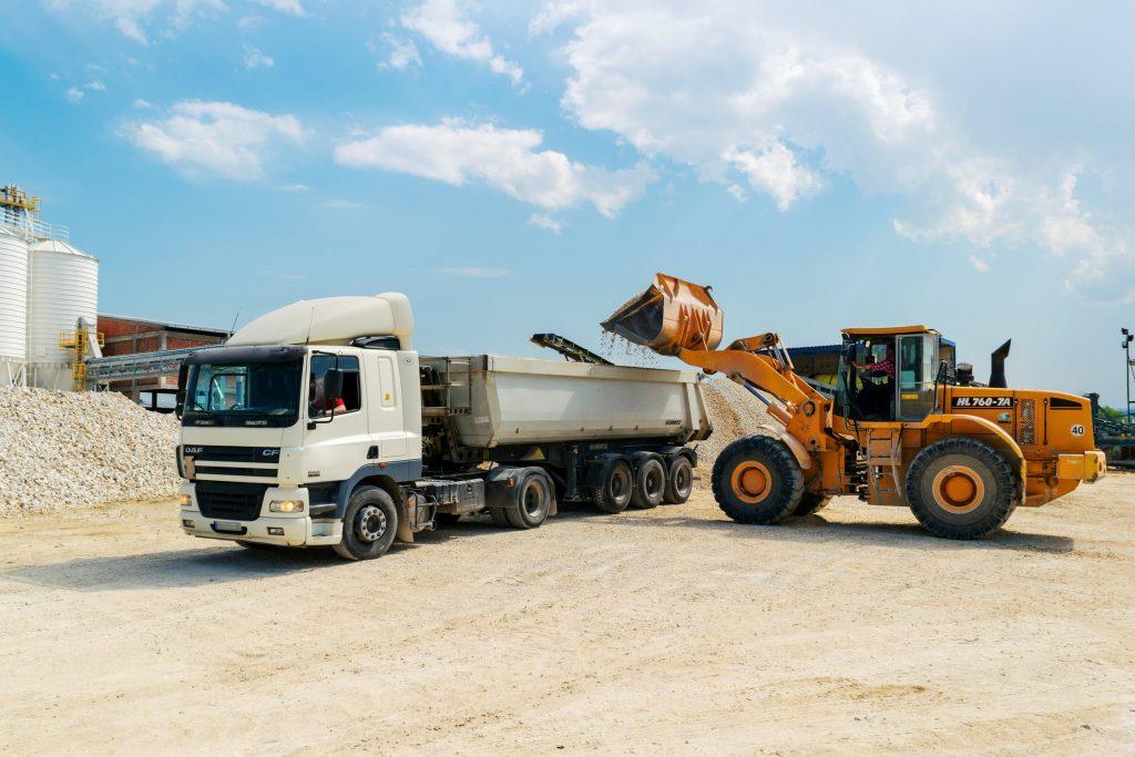 Chargement d'un camion-benne avec du gravier pour un chantier de BTP