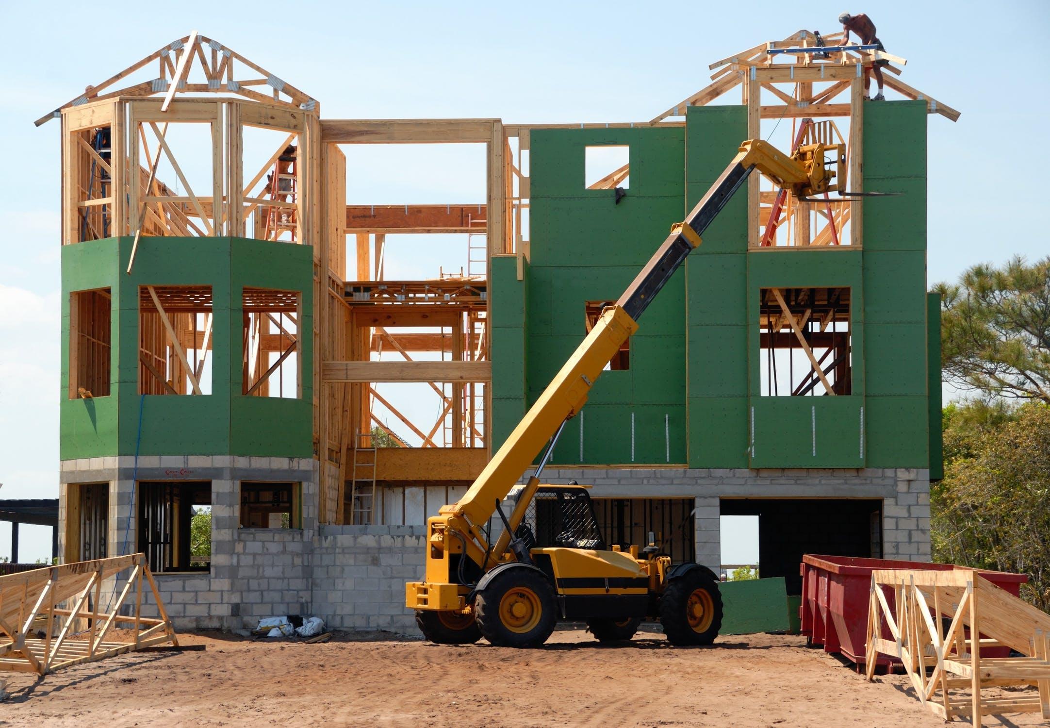 Chantier d'une maison en construction avec des engins de BTP