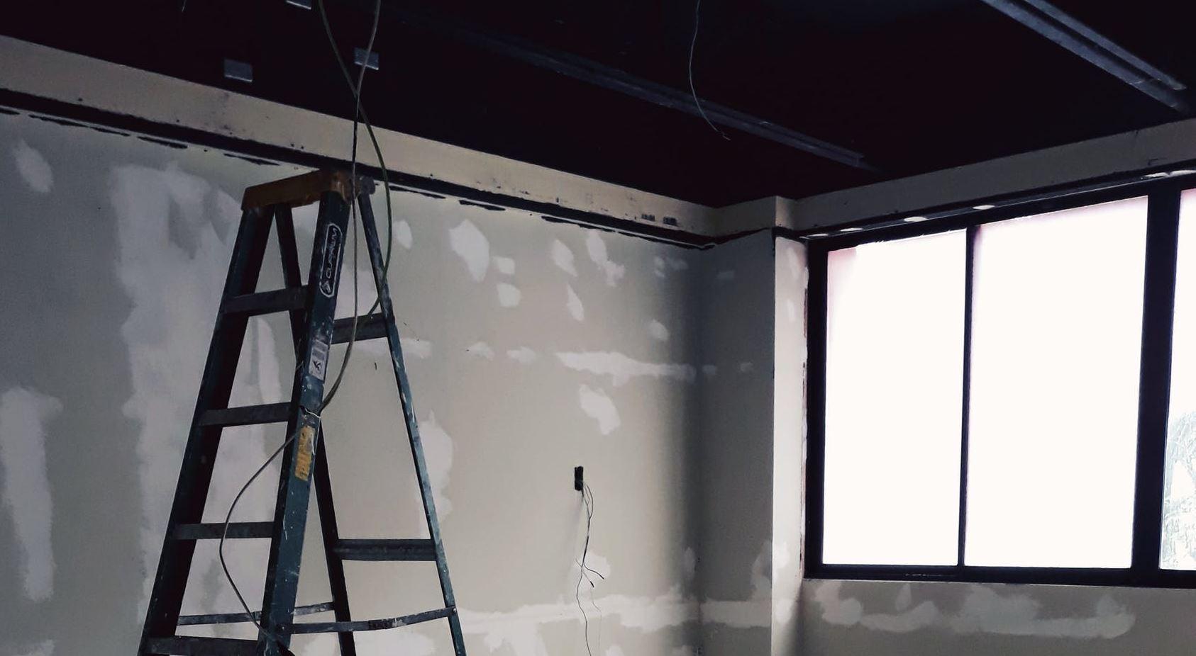 Fenêtre neuve installée pendant des travaux de rénovation dans une maison
