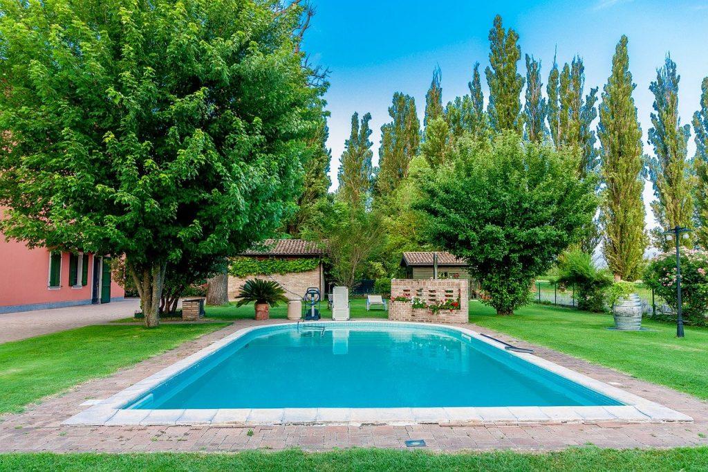 piscine rectangulaire dans un jardin arboré