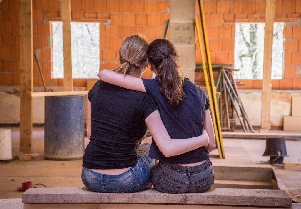 deux femmes sur un chantier de rénovation