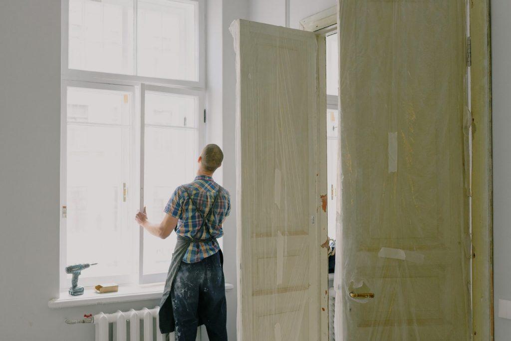 ouvrier qui change une fenêtre