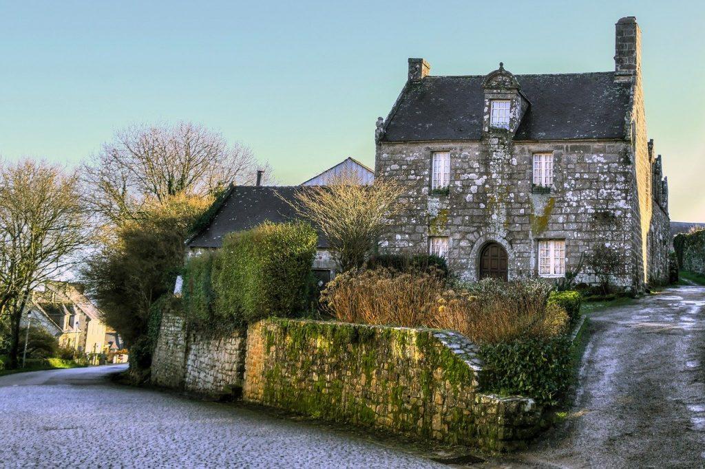 maison en pierre avec rue devant